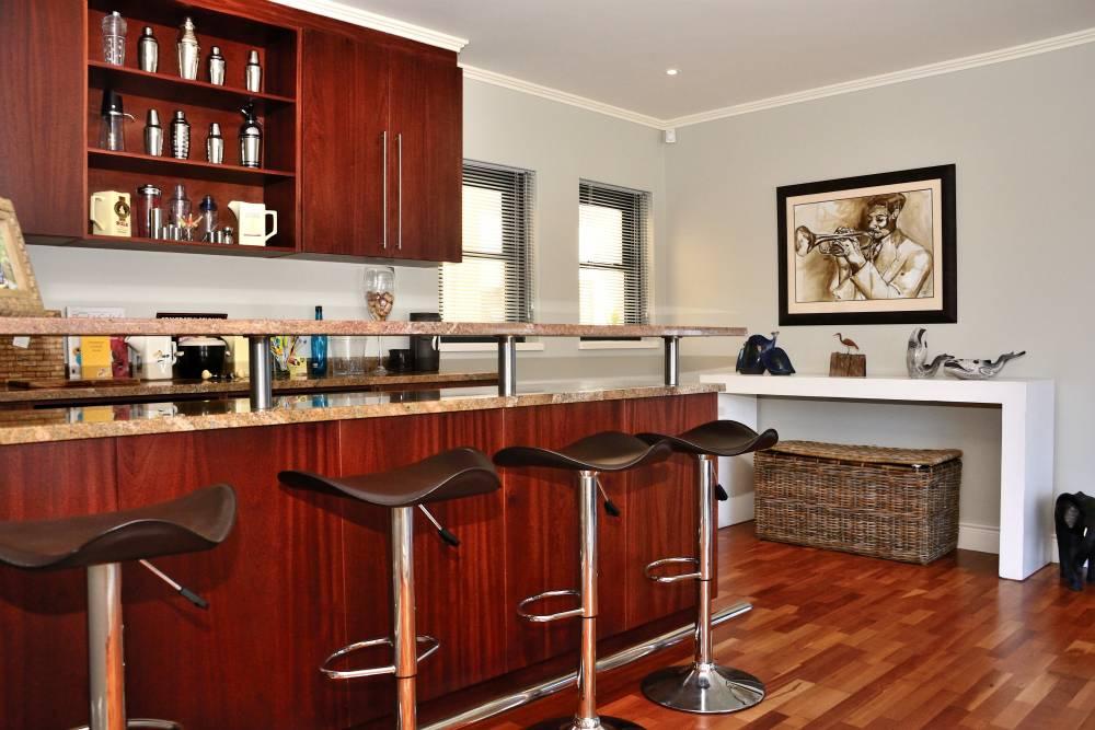 Sea House, Knysna group accommodation; The comfortable bar area