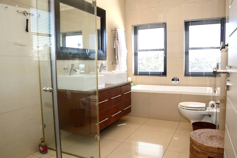 Sea House, Knysna group accommodation; The Master en-suite