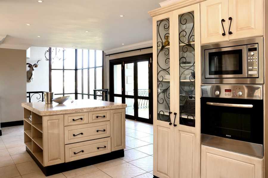 Villa Seaview, Knysna heads villa accommodation; The user-friendly kitchen