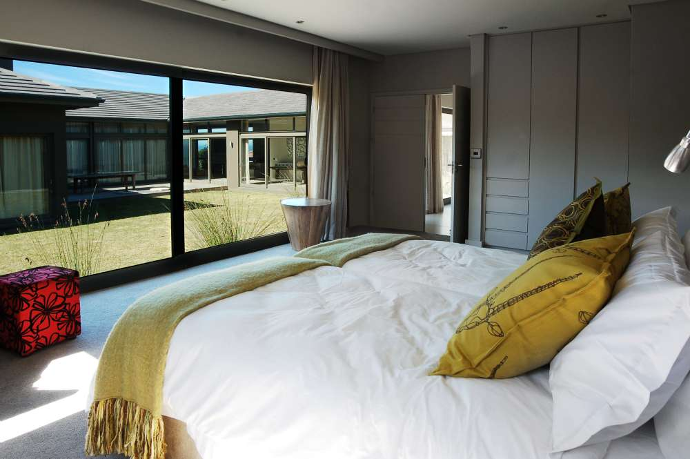 Blue Horizon, Golf estate accommodation; Bedroom 3 with en-suite